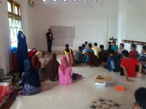 COACHING LEADERSHIP MAHASISWA SIMEULUE. Memberi materi pada diskusi leadership perkumpulan mahasiswa dan pelajar Simeulue di Taman ratu safiatuddin banda Aceh (26/04/2015).