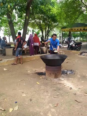 MAKMEUGANG DI KAMPUS. Menikmati makemugang kuah beulangong di Kampus FEB Unsyiah (16/06/2015).